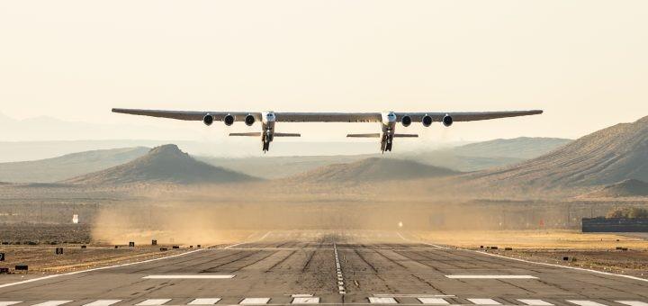 Stratolaunch: l'aereo più grande del mondo solca i cieli della California