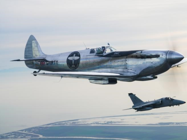 Il Silver Spitfire e il giro del mondo: atterra   in Italia il caccia più famoso al mondo