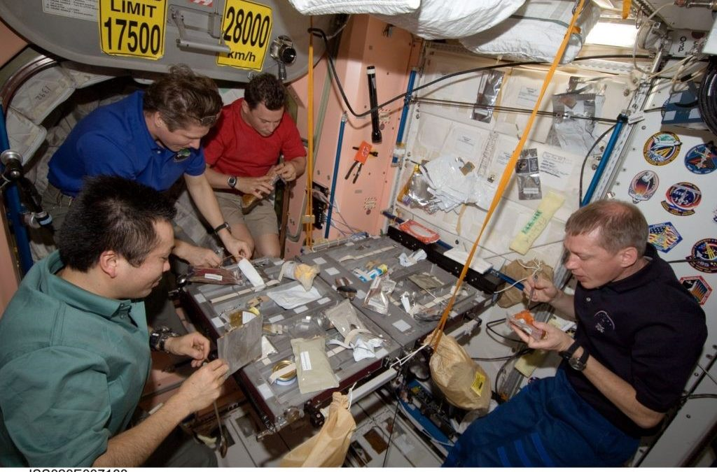 Lasagne spaziali: come mangiano gli astronauti in orbita attorno la Terra? Breve viaggio nella cucina in microgravità